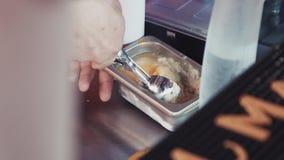 Substância congelada tomada do barman pela colher do gelado na barra Faça o cocktail filme