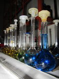Substâncias em um laboratório químico Imagens de Stock