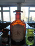 Substâncias farmacêuticas na cabine no laboratório fotos de stock