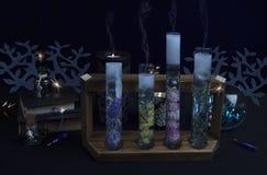 Substâncias mágicas nos tubos Reação alquímica imagens de stock