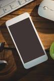 Substance électronique avec l'agrafeuse et la pomme verte Photo libre de droits