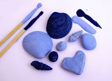 Substance, coquilles et pierres de mer peintes avec la brosse dans la couleur bleue Mémoires de vacances d'été Substance de DIY photo stock
