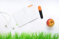 Substance d'étude Fond d'éducation papeterie Aspects d'éducation Autocollants, marqueur, pomme, écouteurs et carnet ouvert sur le image libre de droits