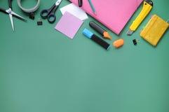 Substance d'étude Fond d'éducation papeterie Aspects d'éducation Crayon, papiers, marqueurs, ciseaux, dossier, bande écossaise, a photographie stock