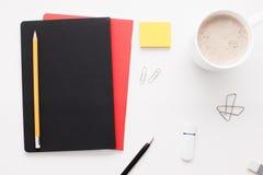 Substance d'employé de bureau sur le fond blanc, configuration plate Images libres de droits