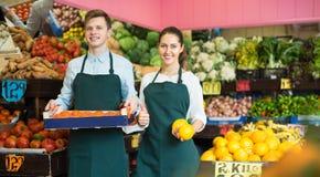 Substance dans le tablier vendant les oranges douces, les citrons et les mandarines Photo stock