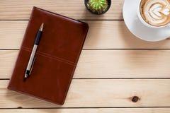 Substance de bureau avec le carnet en cuir, Photos stock