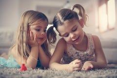 Substance de fille Petites filles sur le plancher Photos libres de droits