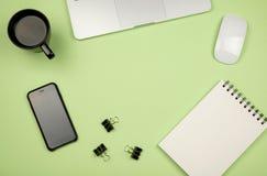 Substance de siège social avec l'ordinateur portable, le carnet, la tasse de café et autre Photo libre de droits
