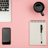 Substance de siège social avec l'ordinateur portable, le carnet, la tasse de café et autre Photos stock
