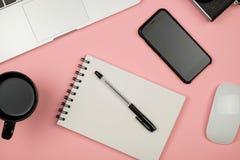Substance de siège social avec l'ordinateur portable, le carnet, la tasse de café et autre Photo stock