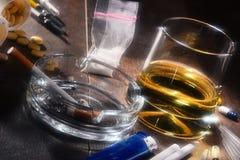 substances provoquant une dépendance, y compris l'alcool, les cigarettes et les drogues Images libres de droits