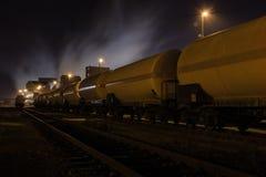 Substancja chemiczna pociąg w zajezdni przy nocą obrazy royalty free