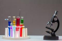 Substancja chemiczna ruruje w podławej kolbie na stole obraz stock