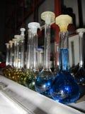 Substanzen in einem chemischen Labor Stockbilder