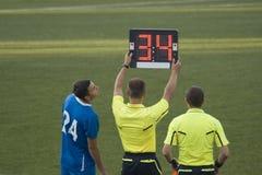 Substitución en partido de fútbol Fotografía de archivo