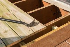 Substituição da plataforma de madeira velha com material composto foto de stock royalty free