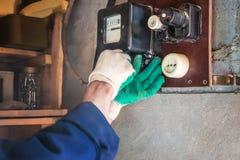 Substituição do medidor velho da eletricidade por um novo imagens de stock