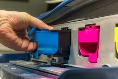 Substituição do tonalizador magenta em uma impressora digital profissional fotos de stock royalty free