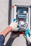 Substituindo o medidor velho da eletricidade com um novo Reparo do equipamento elétrico foto de stock royalty free