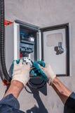 Substituindo o medidor velho da eletricidade com um novo Reparo do equipamento elétrico fotografia de stock royalty free