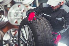 Substituindo pneus de carro foto de stock