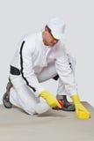 Substrato limpio del cemento de la esponja del trabajador Imagenes de archivo