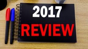 Subtítulo conceptual del texto de la escritura de la mano que muestra a 2017 el comentario Concepto del negocio para el informe r Foto de archivo libre de regalías