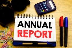 Subtítulo conceptual do texto da escrita da mão que mostra o informe anual Conceito do negócio para analisar o desempenho escrito Fotos de Stock Royalty Free