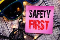 Subtítulo del texto de la escritura de la mano que muestra el concepto del negocio de la seguridad primero para la advertencia se Fotos de archivo libres de regalías