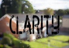Subtítulo do texto do anúncio que mostra a claridade Mensagem do conceito do negócio para maior clareza escrita no fundo velho do fotografia de stock