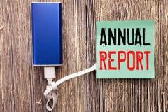 Subtítulo escrito à mão do texto que mostra o informe anual Escrita do conceito do negócio para analisar o desempenho escrito na  Fotografia de Stock Royalty Free