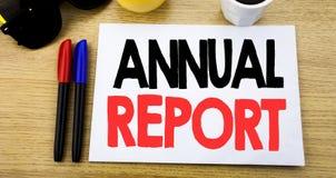 Subtítulo escrito à mão do texto que mostra o informe anual Escrita do conceito do negócio para analisar o desempenho escrito na  Fotografia de Stock