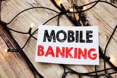 Subtítulo escrito à mão do texto que mostra a operação bancária móvel Escrita do conceito do negócio para o e-banco dos Internet  imagens de stock