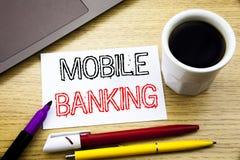Subtítulo escrito à mão do texto que mostra a operação bancária móvel Escrita do conceito do negócio para o e-banco dos Internet  fotografia de stock