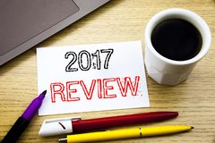 Subtítulo manuscrito del texto que muestra a 2017 el comentario Escritura del concepto del negocio para el informe resumido anual Imagen de archivo