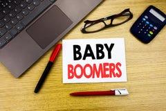 Subtítulo manuscrito del texto que muestra a nacidos en el baby boom Escritura del concepto del negocio para la generación demogr Foto de archivo libre de regalías