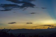 Subtelne czarne chmury unosi się na prawie jasnym niebie zdjęcie royalty free