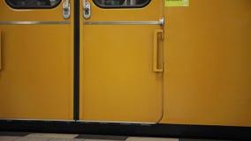 Subterráneo de Berlín que cierra la puerta y que se aleja almacen de metraje de vídeo