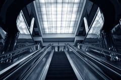 Subterráneo de la escalera móvil imagenes de archivo