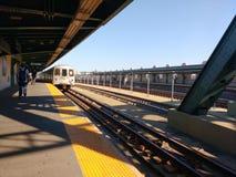 Subterráneo de New York City, tren de F que llega la estación de las calles Smith-9, MTA, Brooklyn, NYC, NY, los E.E.U.U. imagen de archivo