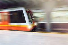 Subterráneo que pasa en tren de alta velocidad muy rápido de la plataforma del metro en túnel subterráneo Fotos de archivo libres de regalías