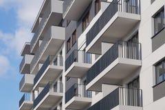 suburb Construída recentemente, construção residencial da multi-família imagens de stock