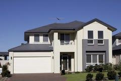 suburbain moderne de maison Photos stock