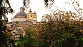 Suburbio de Ariccia - de Roma - Lazio - la b?veda de la iglesia de Italia Santa Maria ramifica fondo colorido de la puesta del so metrajes