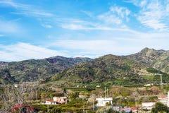Suburbio de la ciudad Gaggi en colinas verdes, Sicilia, Italia Imagen de archivo libre de regalías
