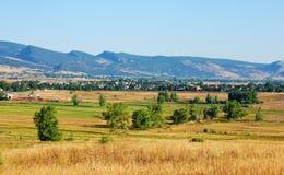 Suburbio rural en el borde de la pradera fotografía de archivo