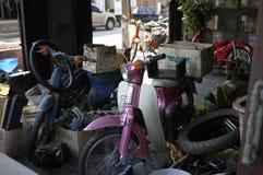 Sucata da oficina de Phuket e 'trotinette's de motor velhos no rosa e no azul Imagens de Stock