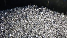 Sucata de aço movente do transporte e microplaquetas fazendo à máquina do tanque do líquido refrigerante ao escaninho vídeos de arquivo