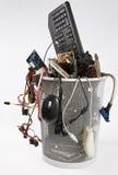 Sucata eletrônica no balde do lixo imagem de stock